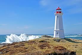 Phare breton sous un beau ciel bleu