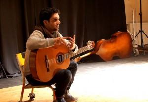Jérémy Muccio avec sa guitare lors d'une présentation de sa conférence